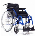 Инвалидное кресло со складной рамой и возможностью индивидуальной регулировки ремней спинки